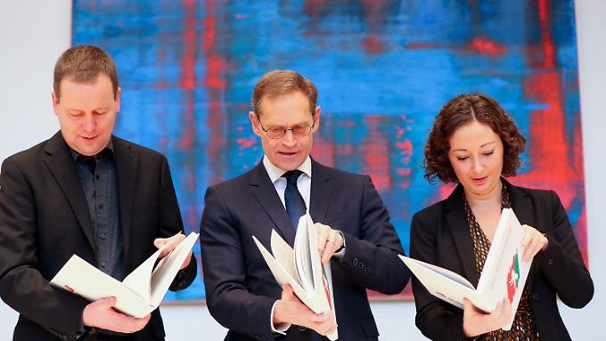 Bei der Vorstellung des Koalitionsvertrags war man noch hoffnungsvoll: Kultursenator Klaus Lederer (Linke), Berlins Regierender Bürgermeister Michael Müller (SPD) und Wirtschaftssenatorin Ramona Pop (Grüne).