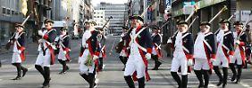 """Karnevalisten der Stadtgarde """"Oecher Penn"""" (Archivbild)."""