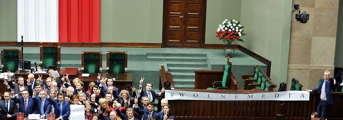 Aus Protest gegen die PiS-Regierung besetzten am 16. Dezember 2016 mehrere polnische Oppositionspolitiker das Rednerpult des Parlaments.