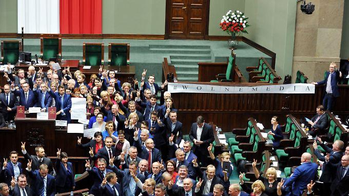 Wiederholen sich heute solche Szenen? Polnische Oppositionspolitiker besetzen im Dezember aus Protest gegen die PiS-Regierung das Rednerpult des Parlaments.