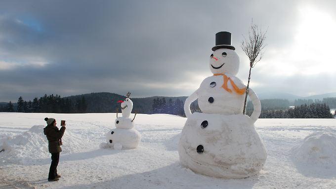 """Sturmflutgefahr und sinkende Schneefallgrenzen: In Eibenstock im Erzgebirge freut sich ein 6,50 Meter großer Schneemann auf den """"nächsten Schwall Polarluft""""."""