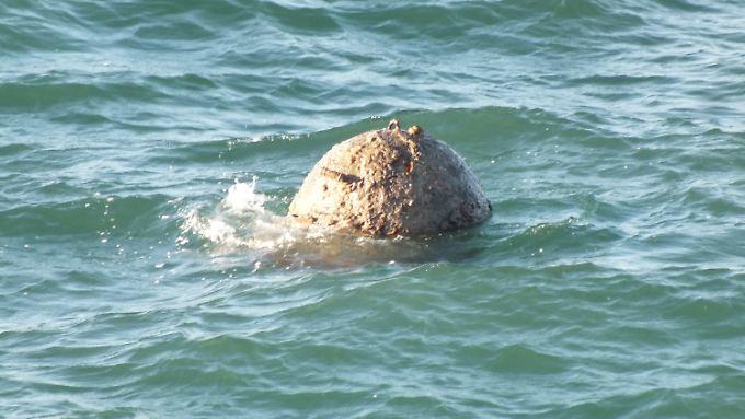 Die explosive Seemine treibt in der Nordsee. Später wurde sie auf einer Sandbank gesprengt.
