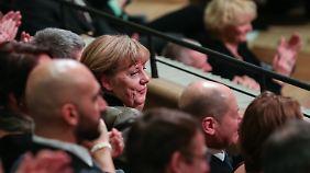 """Merkel ist beeindruckt von der """"Elphi""""."""