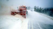 """Blizzard macht Straßen unpassierbar: Tief """"Egon"""" bringt Schneefall und Orkan"""