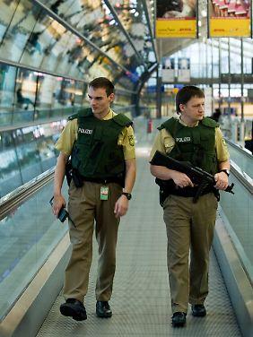Auch auf dem Flughafen Leipzig/Halle patrouilliert die Bundespolizei mit Maschinenpistole.
