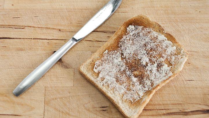 Fast immer fällt der Toast auf die Butterseite - oder kommt uns das nur so vor?