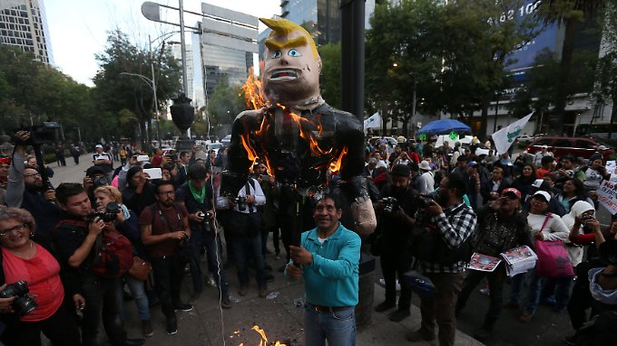 In Mexiko-Stadt verbrennen Demonstranten eine Trump-Puppe.
