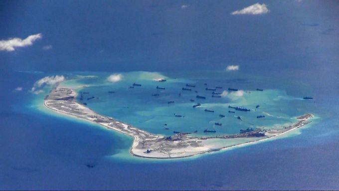 Chinesische Grabungsschiffe bei den umstrittenen Spratley-Inseln im Südchinesischen Meer: Die neue US-Regierung droht im Fall eines Baus neuer Inseln indirekt mit militärischen Konsequenzen.