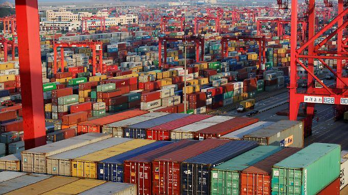 Die chinesische Wirtschaft brummt, das zeigt sich auch am Hafen von Schanghai.