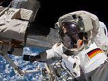 In dem Anzug steckt Alexander Gerst. Doch demnächst könnte eine deutsche Kollegin den Außenbordeinsatz übernehmen.