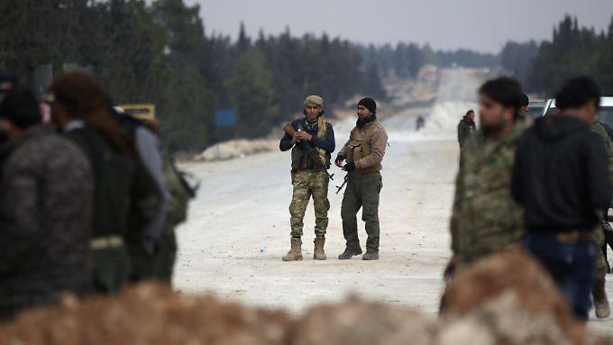 Soldaten der Freien Syrischen Armee auf einer Straße in Richtung Al-Bab