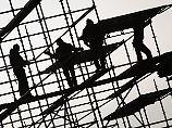 ARCHIV - Gerüstbauer errichten am 25.01.2017 in Hamburg auf einer Brückenbaustelle ein Gerüst. Das Institut für angewandte Wirtschaftsforschung veröffentlicht am 07.02.2017 eine Prognose zur Schattenwirtschaft 2017 in Deutschland. Foto: Christian Charisius/dpa +++(c) dpa - Bildfunk+++