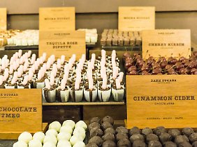 """Pralinenkreationen aus westafrikanischem Kakao bietet das """"Dark Sugars Cocoa House"""" - davon schafft man aber nicht viele."""