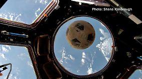 Kaum zu glauben, aber wahr: Fußball landet mit 30 Jahren Verspätung auf der ISS