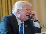 dpatopbilder - US-Präsident Donald Trump telefoniert am 28.01.2017 im Oval Office des WeißenHauses inWashington D.C., USA, mit Russlands Präsident Wladimir Putin. Foto: Andrew Harnik/AP/dpa +++(c) dpa - Bildfunk+++