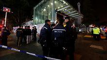 Polizisten vor der U-Bahnstation Tsim Sha Tsui.