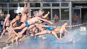 """Wie im vergangenen Jahr werden auch in diesem Februar zahlreiche Schwimmer zum """"Sprung in den Frühling"""" erwartet."""