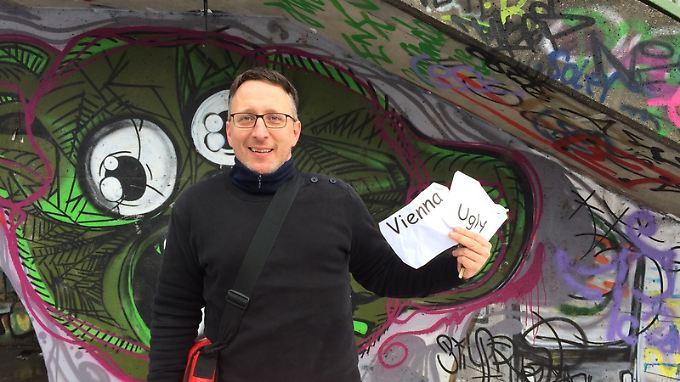 """Eugene Quinn bei seiner """"Vienna ugly""""-Tour vor einer Graffiti-Wand in Wien."""