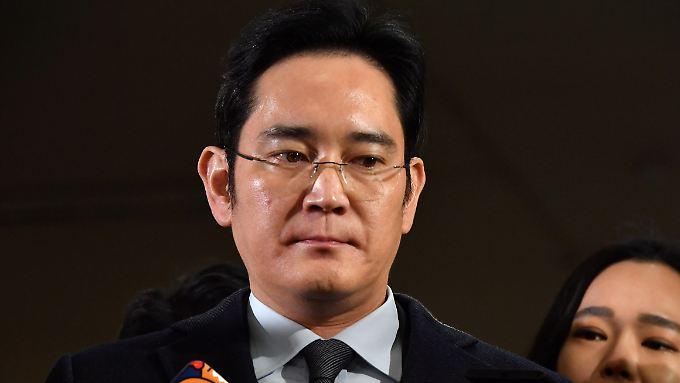 Der 48-jährige Lee ist der einzige Sohn von Samsung-Chef Lee Kun Hee. Seit einer Herzattacke seines Vaters 2014 steht er de facto an der Spitze des Großkonzerns.