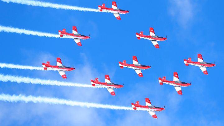 Die Schweizer Luftwaffe füllt die Pause mit einer Flugshow.