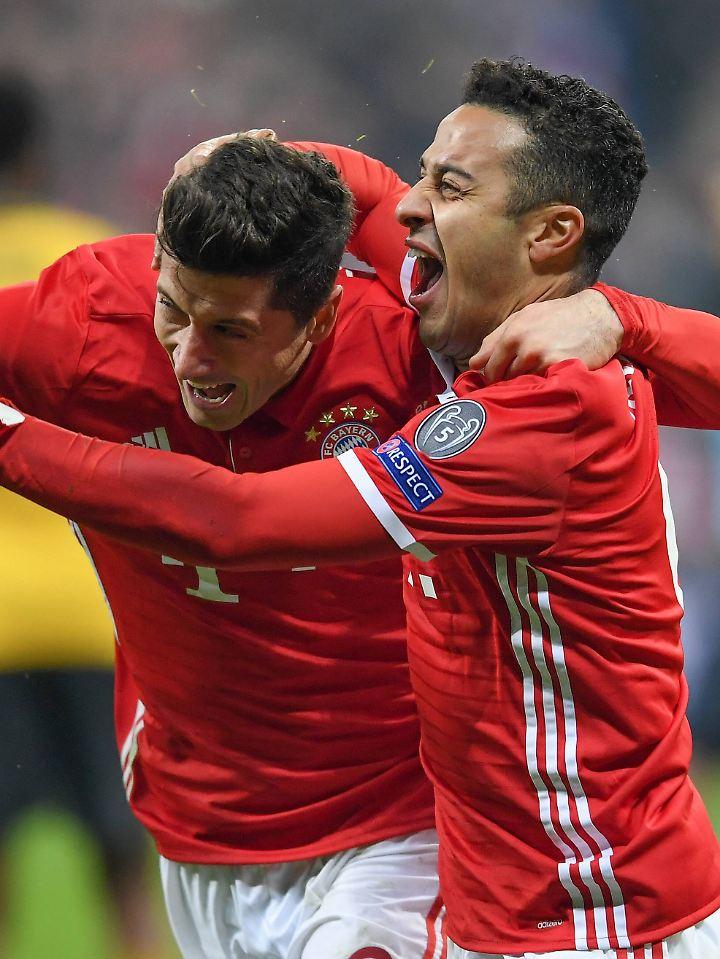 Hurra, es geht nach Berlin: Robert Lewandowski und Thiago Alcántara können sich kaum halten.