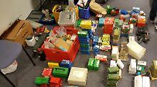 Teile der sichergestellten Munition und Waffen in einem Raum der Polizei in Bad Segeberg.