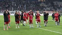 Der FC Ingolstadt feiert nach überraschendem Sieg in Frankfurt mit den Fans.