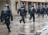 Brutale Attacke auch auf Polizei: Berliner Hooliganrandale sorgt für Entsetzen