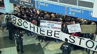 Proteste am Münchner Flughafen: Bund und Länder weiter uneinig über Abschiebungen nach Afghanistan