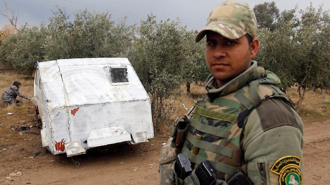 Ein irakischer Soldat steht vor einem Fahrzeug, das für IS-Selbstmordattentäter präpariert wurde.