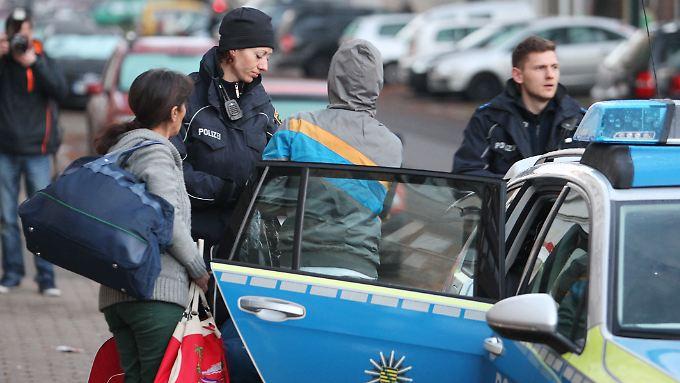 Polizisten bringen in Leipzig abgelehnte Asylbewerber zum Flughafen. Die Regierung will die Zahl der freiwilligen Ausreisen erhöhen.