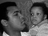 Muhammad Ali Jr. und sein Vater im Jahr 1975.