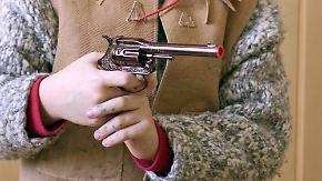 Karneval in der Kita: Sollen Spielzeugwaffen verboten werden?