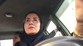 Antonia Rados begleitet Taxifahrerin: Frauen im Iran erkämpfen sich Freiheit in kleinen Schritten