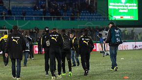 Pokalduell gegen BVB abgesagt: Schneeschauer gibt Rasen in Lotte den Rest