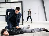 Flückiger (Stefan Gubser) und seine Kollegin Ritschard (Delia Mayer) stellen einen Verdächtigen.