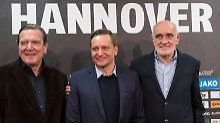 Horst Heldt (M.) ist der neue Manager von Hannover 96 und arbeitet fortan mit Aufsichtsrats-Chef Gerhard Schröder (l.) sowie Clubchef Martin Kind zusammen.