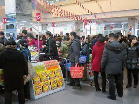 Nordkoreaner kaufen im Kwangbok-Einkaufszentrum ein, einem nach chinesischem Vorbild und mit chinesischer Unterstützung gebauten und betriebenen Konsumtempel in der Hauptstadt Pjöngjang.