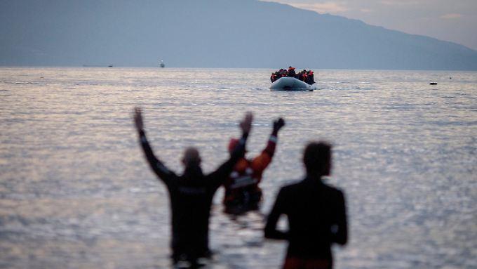 Flüchtlinge kommen auf der griechischen Insel Lesbos an.