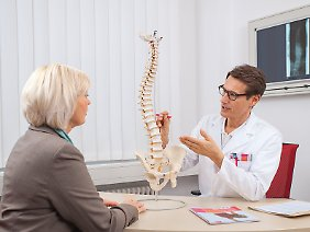 Rückenschmerzen können auf verschiedene Weise therapiert werden. Der Arzt entscheidet über die konservative oder operative Therapie.