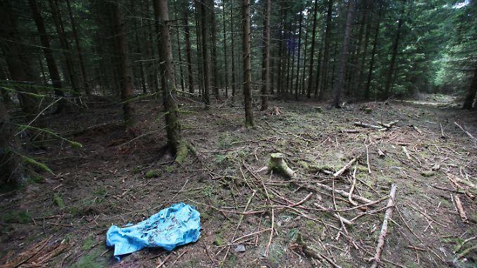 Das Textilteilchen kam erst mit der Polizei an den Fundort von Peggys Leiche.