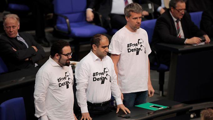 Grünen-Abgeordnete fordern die Freilassung des deutsch-türkischen Journalisten Deniz Yücel.