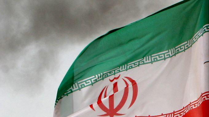 Eine iranische Flagge weht im Persischen Golf.