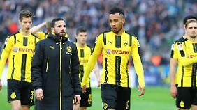 Des einen Freud, des anderen Leid: Bedröppelte Dortmunder schleichen vom Platz.
