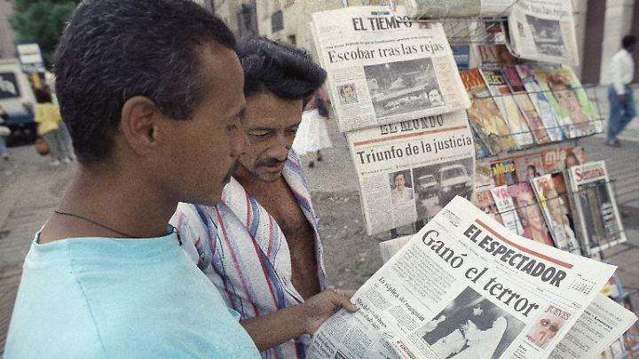 """Unterschiedliche Wahrnehmung: Als Escobar 1991 in sein Luxusgefängnis einzieht, titelt """"El Espectador"""" mit """"Der Terror hat gewonnen"""", und """"El Mundo"""" (im Hintergrund) genau das Gegenteil: """"Die Gerechtigkeit hat gesiegt""""."""