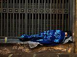 Überwachungskamera nimmt Tat auf: Mann zündet in Palermo Obdachlosen an