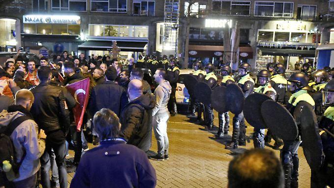 Die Lage vor dem türkischen Konsulat in Rotterdam war in der Nacht zu Sonntag äußerst angespannt.