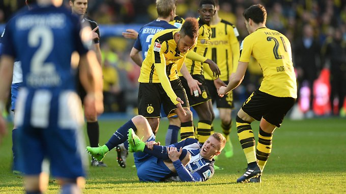 Umstrittene Szene: Mitchell Weiser rollte sich im Spiel gegen den BVB massiv ab.