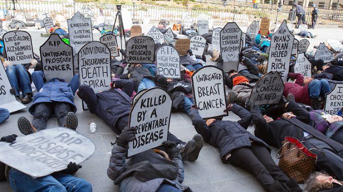 Demonstranten in New York, die sich gegen die Abschaffung von Obamacare aussprechen.