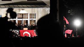 Ein Auftritt à la Genscher: Der türkische Außenminister spricht vom Balkon des Hamburger Generalkonsulats.